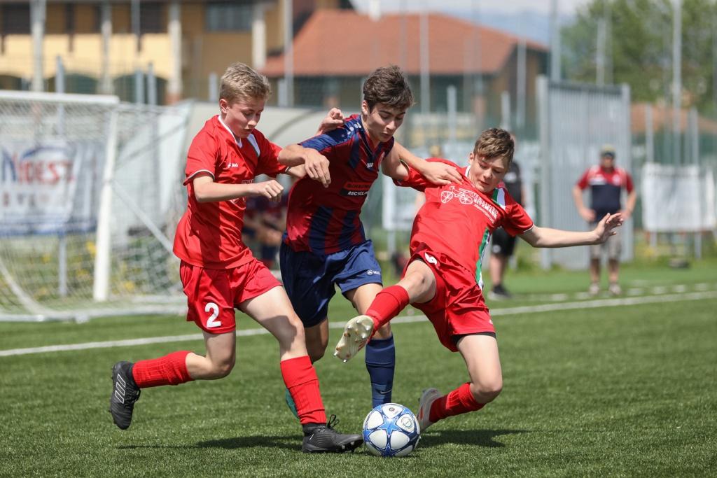 Luis Selinger wird von zwei Spielern aus Kösching attackiert.